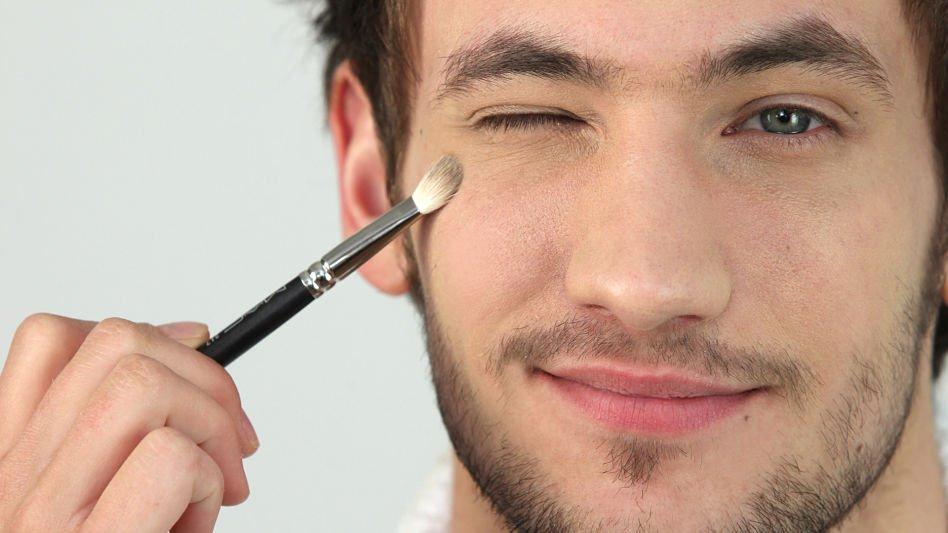 Man-Applying-Makeup_opt