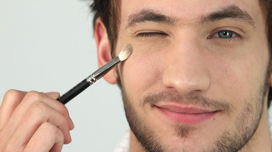 Man-Applying-Makeup_opt